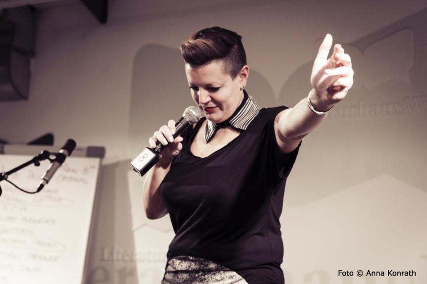 """Hier hat jede*r mal 5 minutes of fame"" – Stichwort Poetry Slam: Drei Fragen an DianaKöhle"